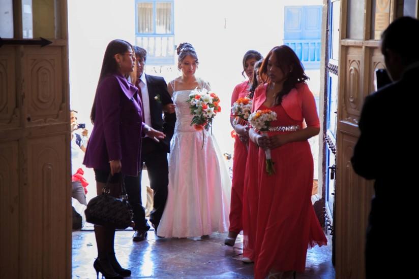 Ker en la entrada con la novia y su corte