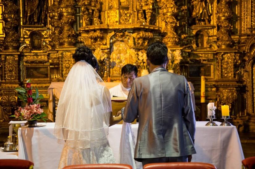 Nohe y Yjeguel escuachando la liturgia de su boda